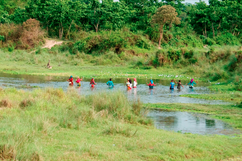 women-fishing-in-chitwan