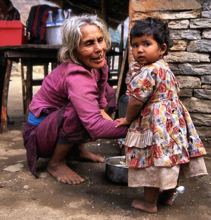 grandmother-and-child-annapurna-circuit_1024x768
