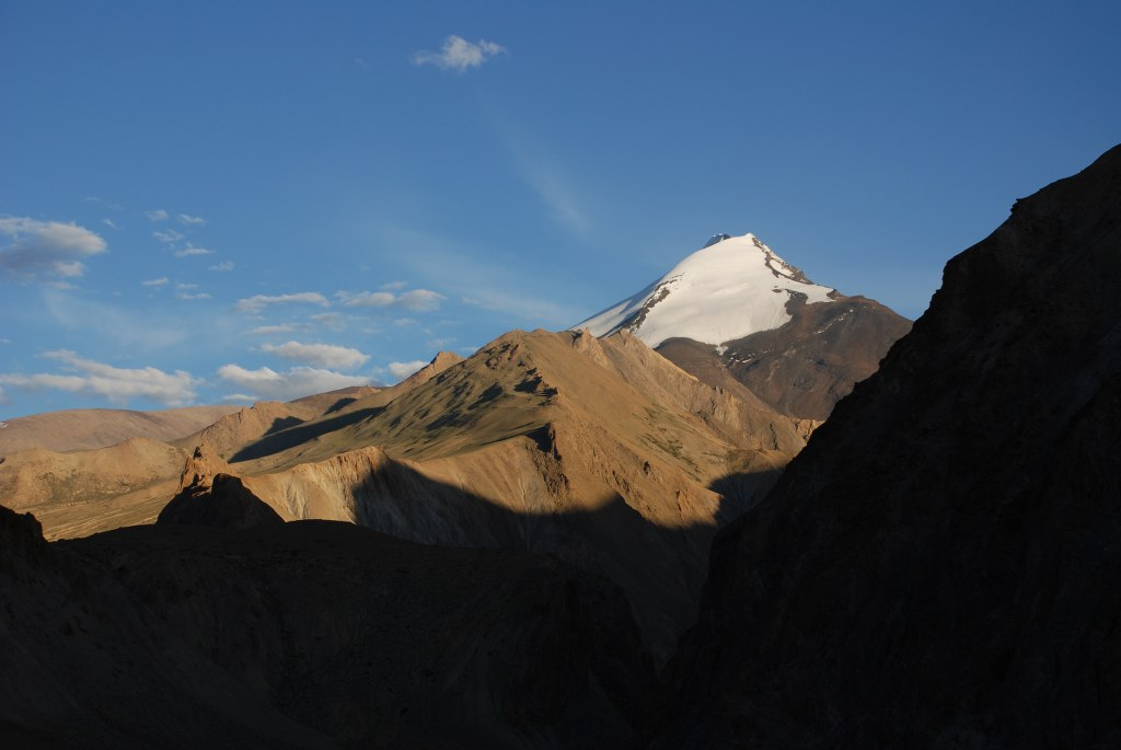 kang-yatse-6400m-in-late-afternoon-sunshine-at-the-head-of-the-valley